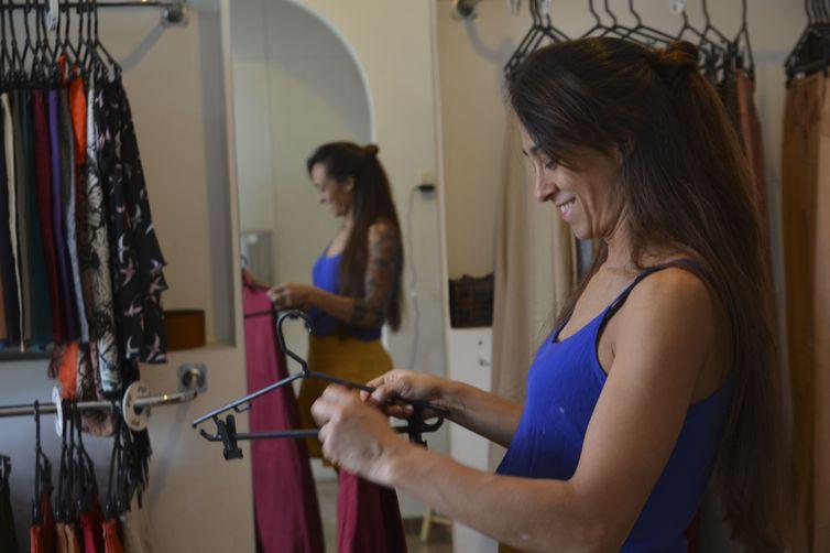 A designer de moda, Júlia Martins, compartilha o espaço da casa com ateliê e loja de roupas, em Barra Funda, na região oeste de São Paulo - Rovena Rosa - Agência Brasil.jpg