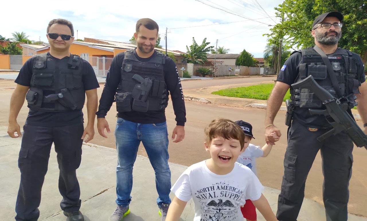 policiais visitam crianca apaixonadas pela pjc