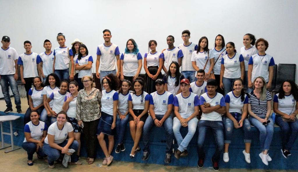A Secretária adjunta Rosa Luzardo recebe os alunos de Querência